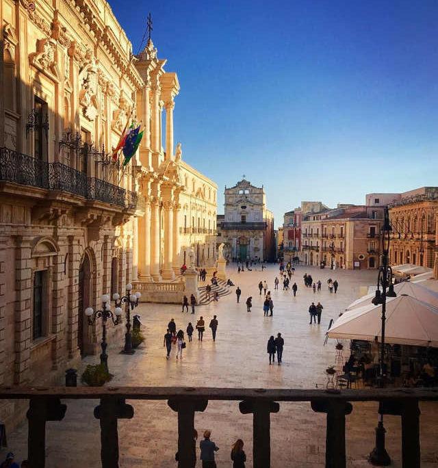 Sizilien Urlaub in Syrakus, flanieren auf der Piazza Duomo